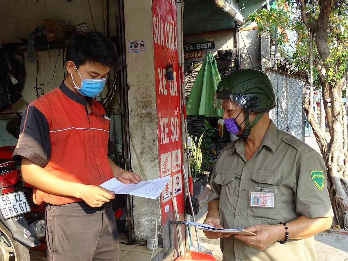 Đại diện tổ dân phố phường Tây Thạnh, quận Tân Phú phát phiếu kê khai thông tin để được hỗ trợ cho người lao động bị ảnh hưởng bởi Covid-19 hồi tháng 4/2020. Ảnh: Hà An.
