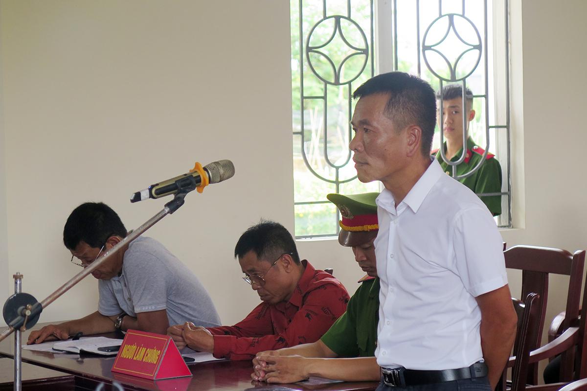 Bị cáo Nguyễn Trung Hải, Phó giám đốc Công ty cổ phần du lịch sinh thái Hùng Hải bị Hội đồng xét xử tuyên phạt 12 tháng tù về tội Chống người thi hành công vụ. Ảnh: Giang Chinh