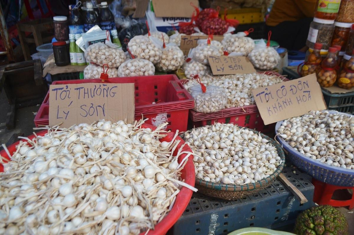 Tỏi Lý Sơn được bày bán chung với tỏi các vùng khác, nhưng khách hàng khó phân biệt. Ảnh: Hữu Danh.