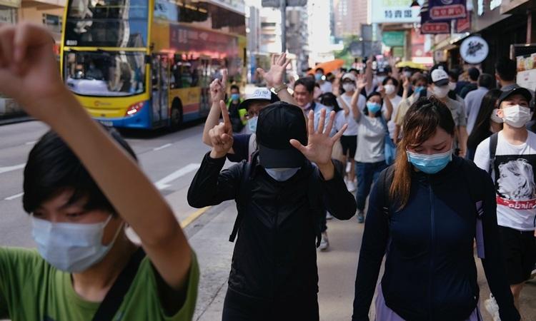 Người Hong Kong biểu tình phản đối luật an ninh hôm 28/6. Ảnh: Reuters.