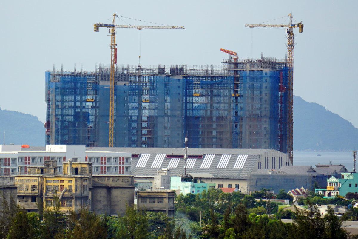 Một dự án lớn có vốn đầu tư nước ngoài ở khu vực biển Xuân Thiều (quận Liên Chiểu) đang được xây dựng. Ảnh: Nguyễn Đông.
