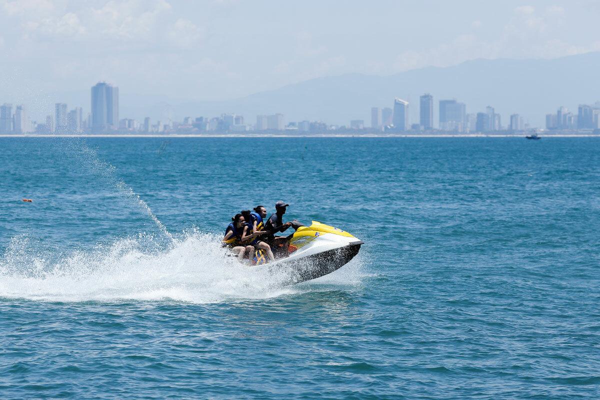 Khu vực trải nghiệm cano và ngắm san hô dưới chân bán đảo Sơn Trà còn thưa vắng khách. Ảnh: Nguyễn Đông.