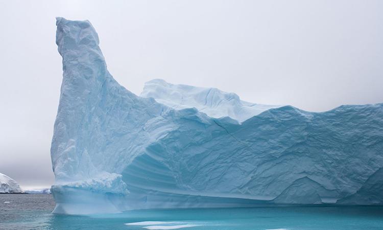 Một tảng băng trôi ngoài khơi bán đảo phía tây Nam Cực. Ảnh: Steven Kazlowski/Barcroft Media.