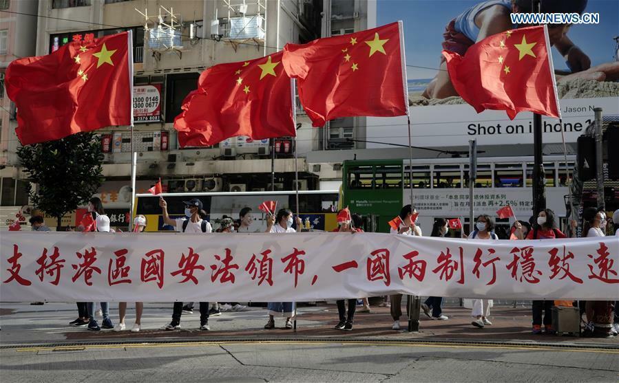 Những người Hong Kong ủng hộ đạo luật an ninh ăn mừng trên phố sau khi luật được thông qua hôm 30/6. Ảnh: Xinhua