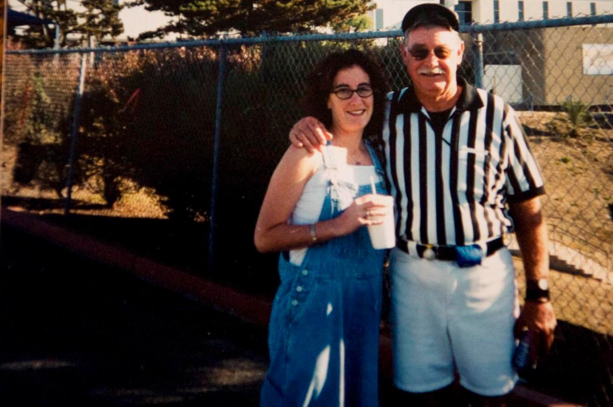 Trong những năm nghỉ hưu, Adair làm trọng tài cho giải đấu bóng bầu dục của học sinh cấp III. Ảnh: Los Angeles Magazine.