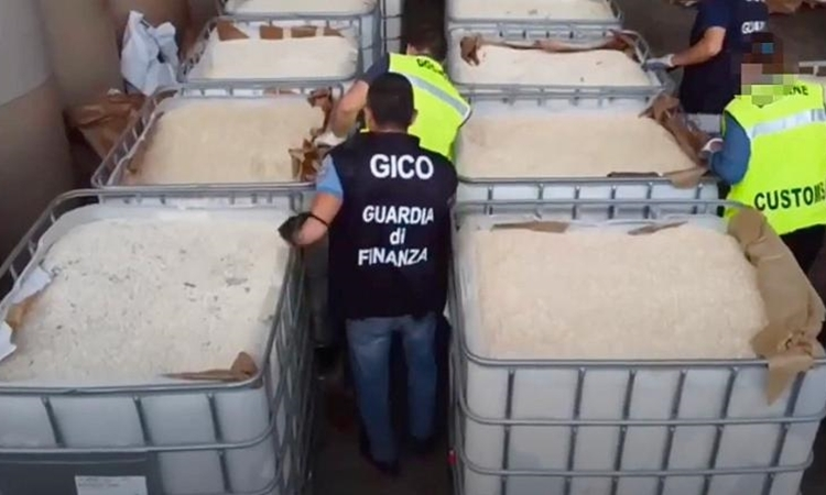 Cảnh sát phát hiện ma túy giấu trong giấy tại cảng Salerno ngày 1/7. Ảnh: Cảnh sát Italy.