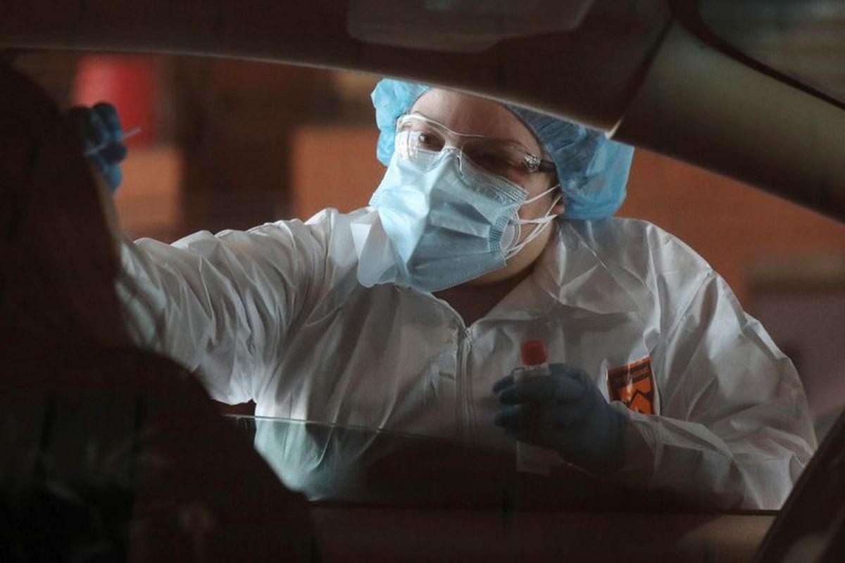 Nhân viên y tế lấy mẫu xét nghiệm nCoV tại thành phố Tolleson, bang Arizona, Mỹ, hôm 18/6. Ảnh: Reuters.