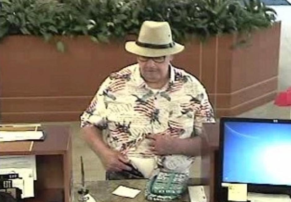 Trong các vụ cướp, Adair chỉ đeo thêm đôi kính và đội chiếc mũ rộng vành. Ảnh: Orange County Register.