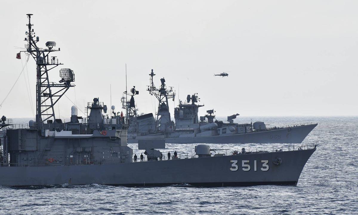 Hai tàu huấn luyện JS Kashima và JS Shimayuki của Hải quân Nhật Bản trong cuộc diễn tập với Ấn Độ hôm 27/6. Ảnh: Twitter/JMSDF.