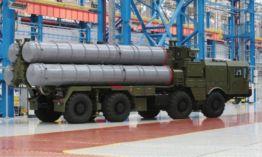 Xe phóng đạn thuộc tổ hợp S-400 tại nhà máy chế tạo của Nga. Ảnh: TASS.