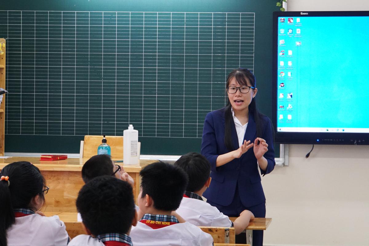 Giáo viên trường Tiểu học Lê Đức Thọ (quận Gò Vấp) trong một tiết học hồi tháng 5. Ảnh: Mạnh Tùng.