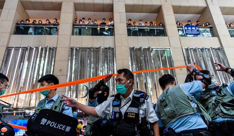 Cảnh sát Hong Kong được điều tới một trung tâm mua sắm để giải tán người biểu tình phản đối luật an ninh hôm 30/6. Ảnh: AFP.