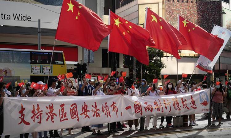 Người Hong Kong ủng hộ luật an ninh tuần hành ăn mừng ở Vịnh Causeway hôm 30/6 sau khi luật được thông qua. Ảnh: Xinhua.