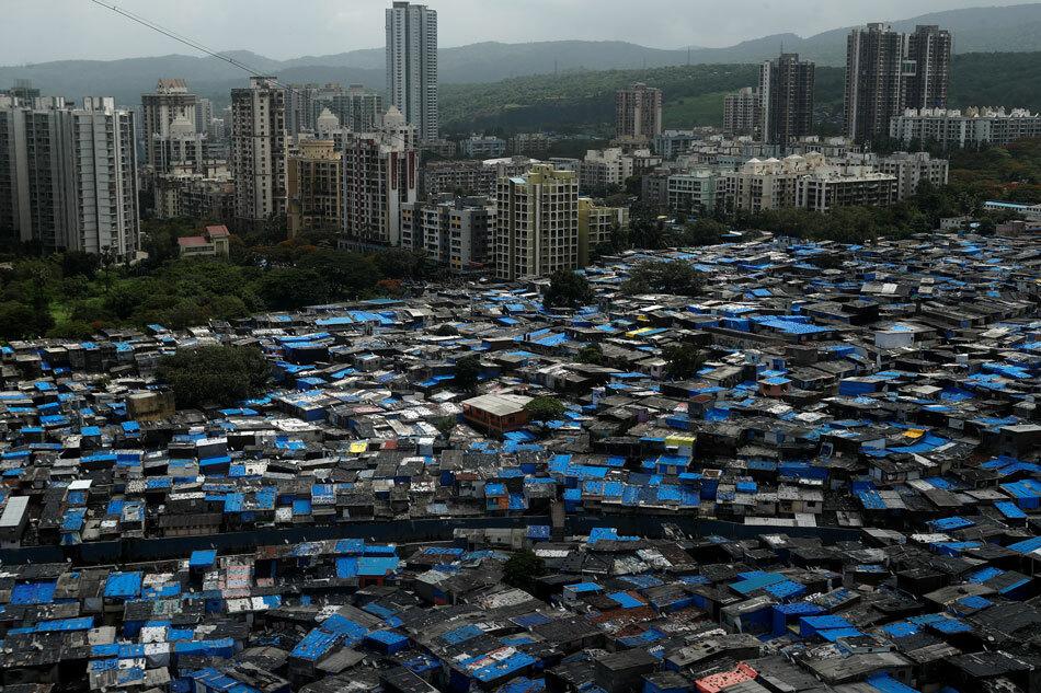 Toàn cảnh khu ổ chuột ở Mumbai, Ấn Độ hôm 27/6. Ảnh: Reuters