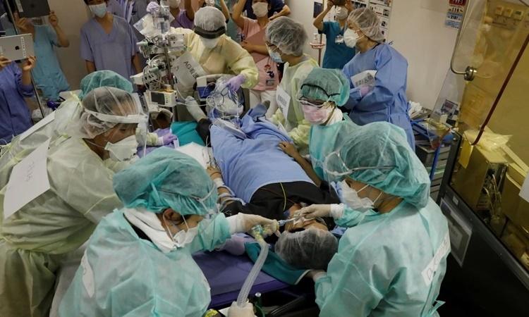 Các y bác sĩ bệnh viện Seibu tham gia một buổi tập huấn hồi tháng trước. Ảnh: SCMP.