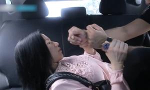 3 tư thế siết cổ giúp phụ nữ tự vệ khi gặp kẻ dâm ô