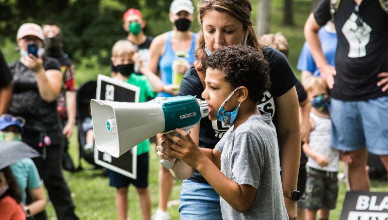 Nolan Davis dẫn đầu cuộc biểu tình phản đối phân biệt chủng tộc ở công viên Kirkwood, thành phố Kirkwood, bang Missouri, hôm 27/6. Ảnh: CNN
