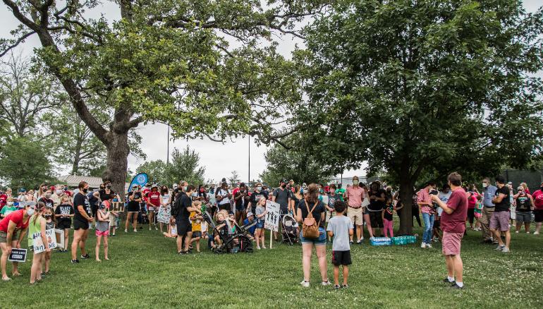 Khoảng 700 trẻ em và phụ huynh đã tham gia cuộc biểu tình của Nolan Davis ở công viên Kirkwood, thành phố Kirkwood, bang Missouri, hôm 27/6. Ảnh: CNN