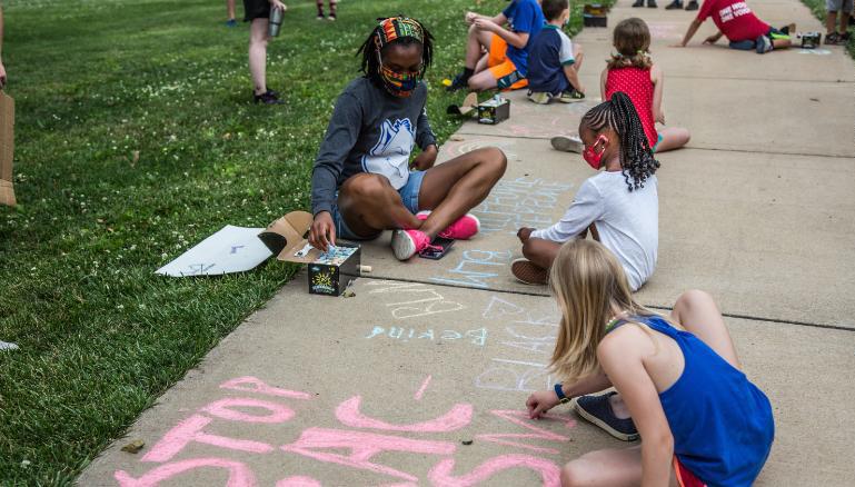 Trẻ em dùng phấn viết khẩu hiệu trên những lối đi ở công viên Kirkwood, thành phố Kirkwood, bang Missouri, hôm 27/6. Ảnh: CNN