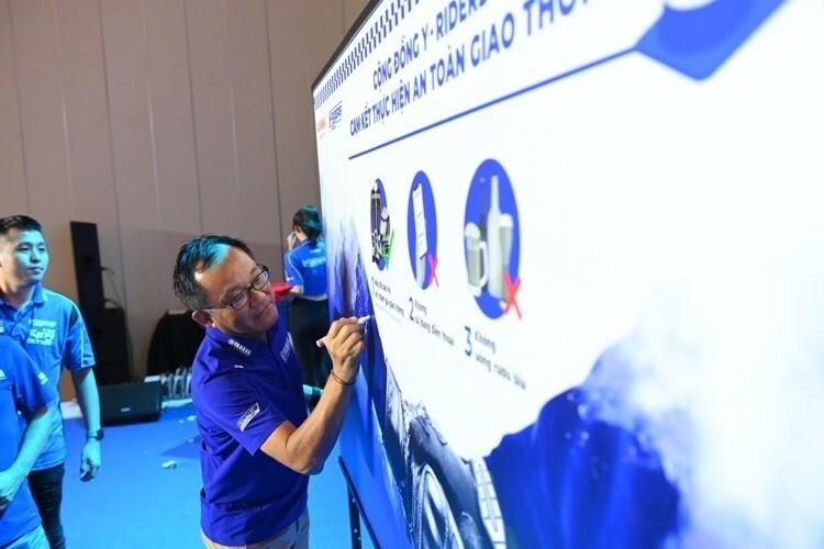 Chủ tịch Yamaha Motors Việt Nam cùng các trưởng CLB trong Y-Riders Club ký vào bảng cam kết.