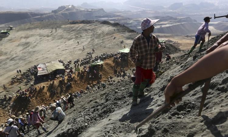 Các công nhân tại một mỏ khai thác ngọc bích ở Hpakant, bang Kachin, Myanmar. Ảnh: Reuters.