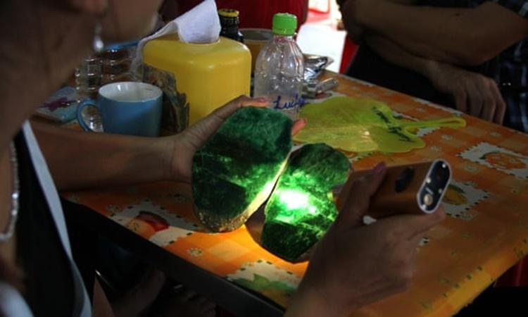 Người phụ nữ đánh giá chất lượng các viên đá ngọc bích khai thác từ những khu mỏ ở Hpakant. Ảnh: AP.