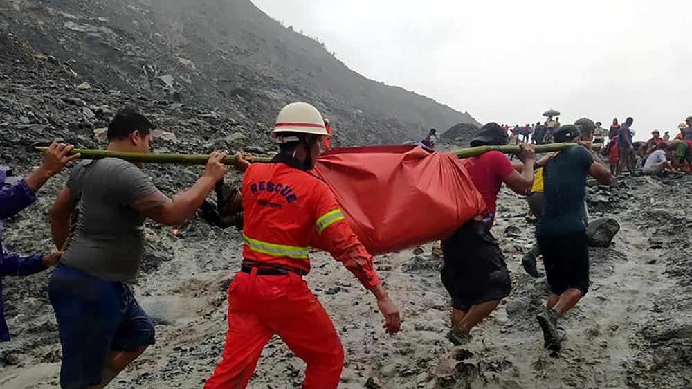 Lực lượng cứu nạn đưa thi thể nạn nhân từ mỏ khai thác ngọc bích bang Kachin ra ngoài. Ảnh: Reuters.