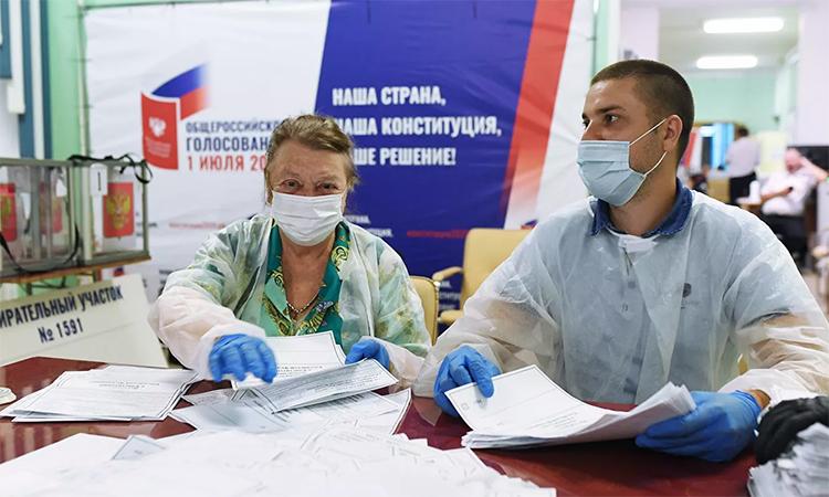 Nhân viên Ủy ban Bầu cử Trung ương kiểm phiếu sau cuộc trưng cầu dân ý về hiến pháp sửa đổi tại điểm bỏ phiếu số 1591 ở Moskva, Nga, ngày 1/7. Ảnh: RIA Novosti.