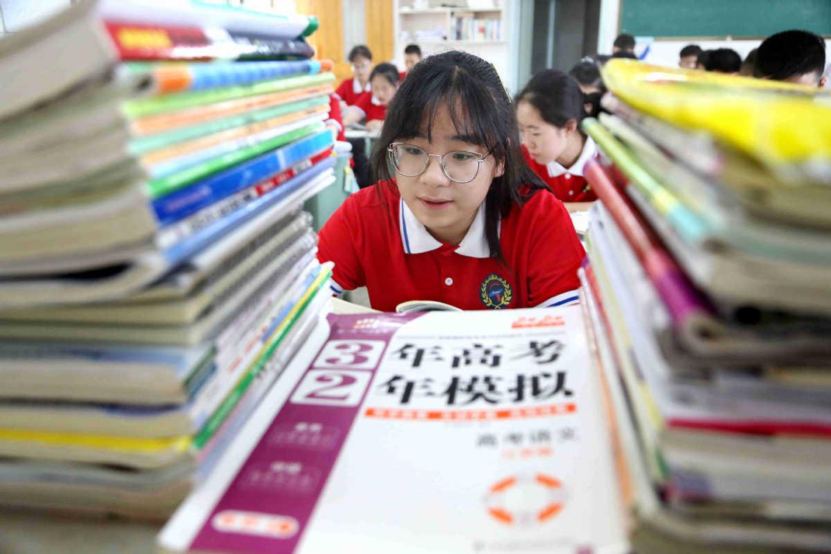 Nữ sinh tại một trường trung học ở Lianyungang, tỉnh Giang Tô, Trung Quốc, đang ôn tập cho kỳ thi gaokao, ngày 9/6. Ảnh: Wang Chun/ China Daily
