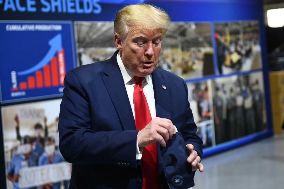 Tổng thống Donald Trump cầm khẩu trang khi đến thăm nhà máy Ford Rawsonville ở Ypsilanti, Michigan, hôm 21/5. Ảnh: AFP