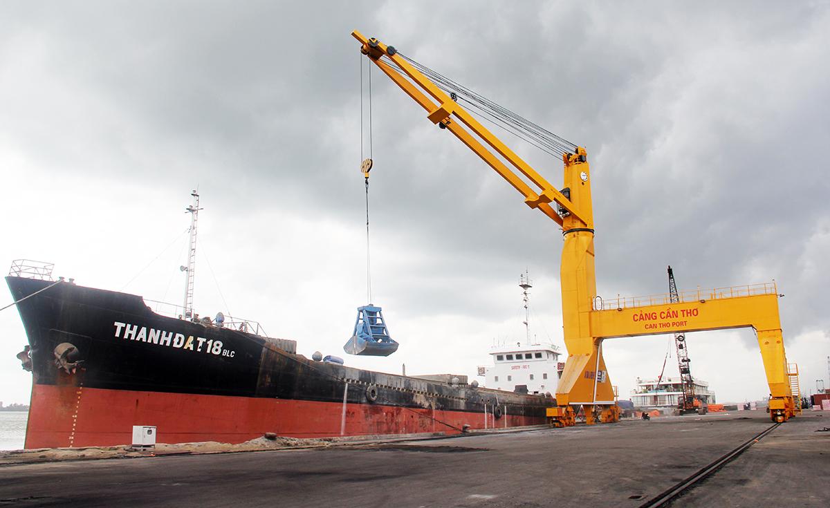 Bốc dở hàng tại cảng Cái Cui ở Cần Thơ. Ảnh: Cửu Long