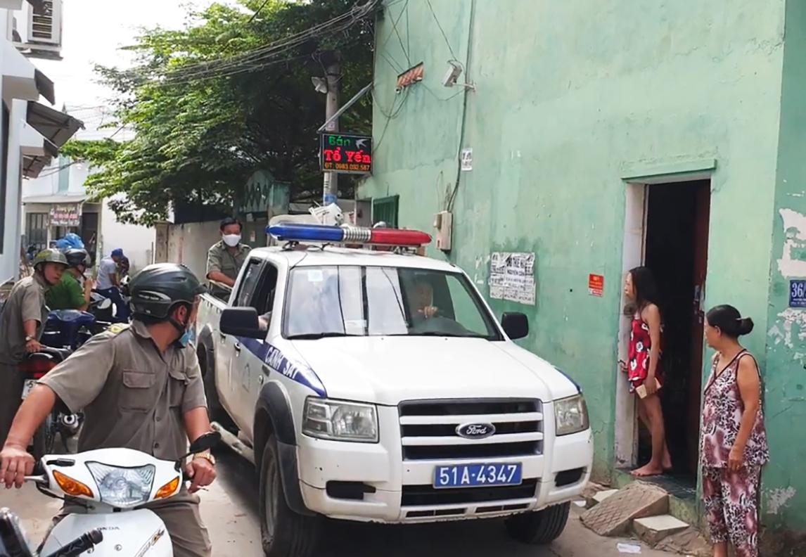 Công an quận Bình Tân đến phòng trọ xảy ra vụ việc để khám nghiệm chiều 2/7. Ảnh: Đinh Vui.