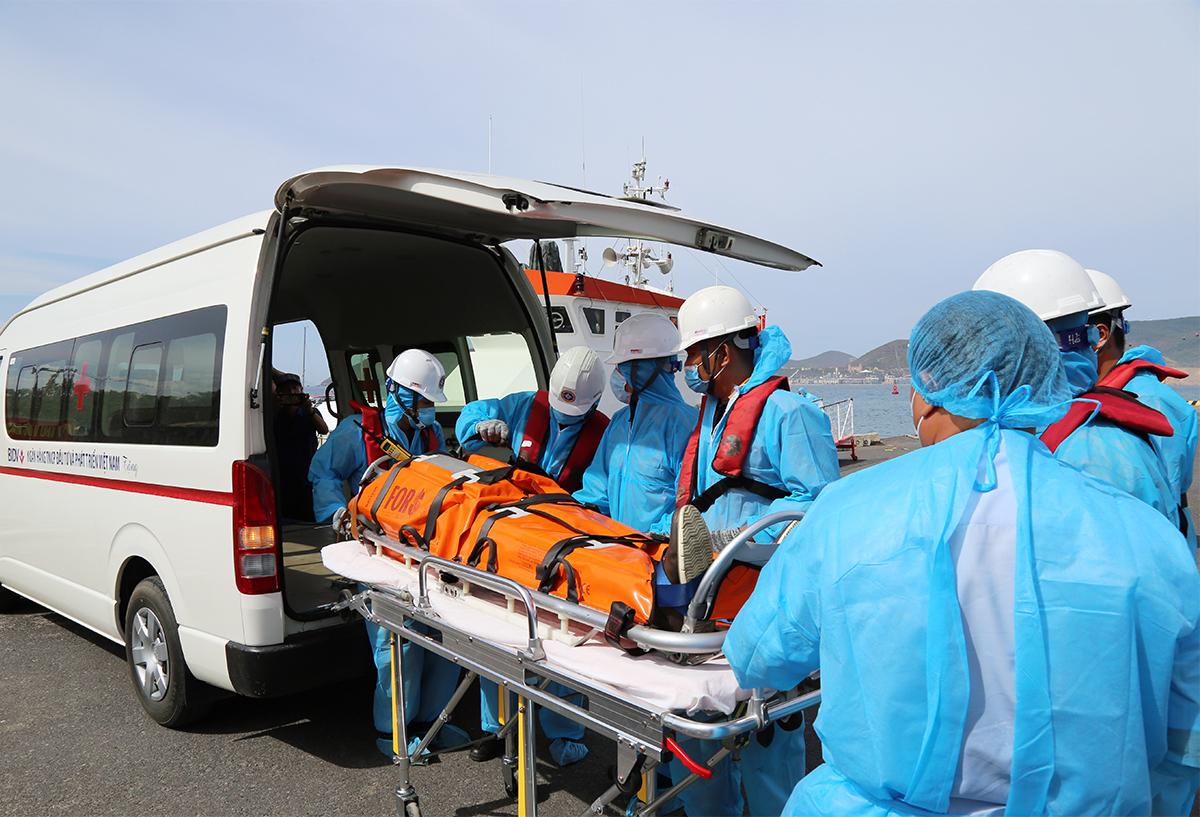 Anh Kaidalov Oleksand, được đưa vào đất liền, chuyển đến bệnh viện chiều 2/7. Ảnh: Xuân Ngọc.