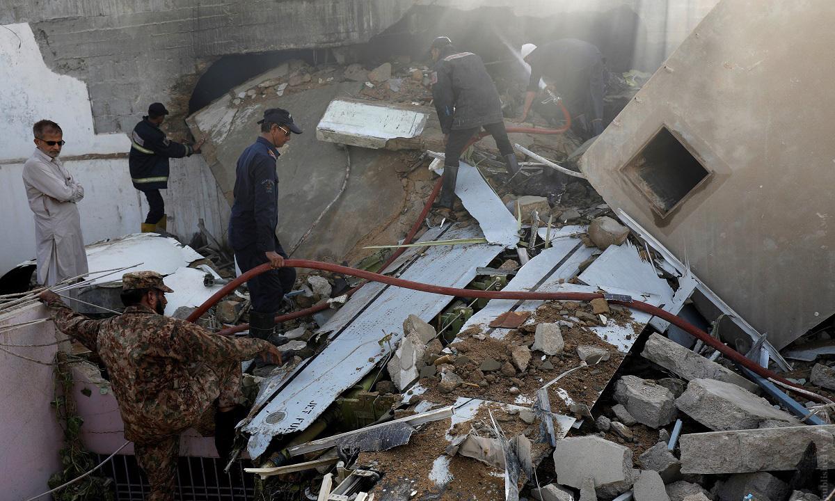Hiện trường vụ rơi máy bay tại thành phố Karachi, Pakistan, hôm 22/5. Ảnh: Reuters.