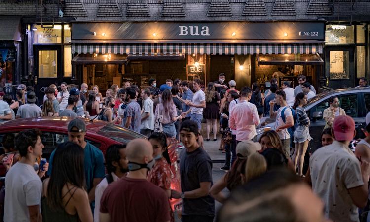 Người dân tụ tập bên ngoài một quán bar ở New York, Mỹ hồi giữa tháng 6 giữa đại dịch Covid-19. Ảnh: Reuters.