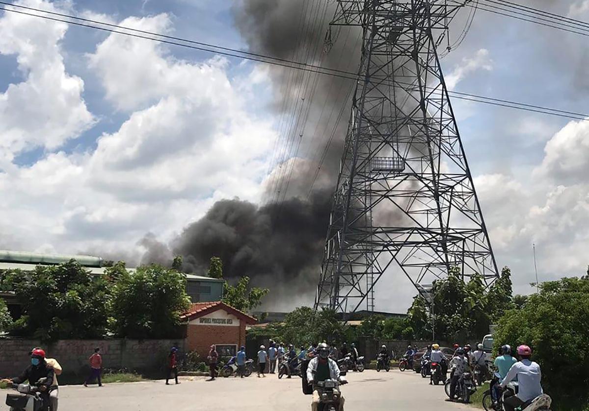 Đám cháy uy hiếp an toàn lưới điện cao thế. Ảnh: Thái Hà