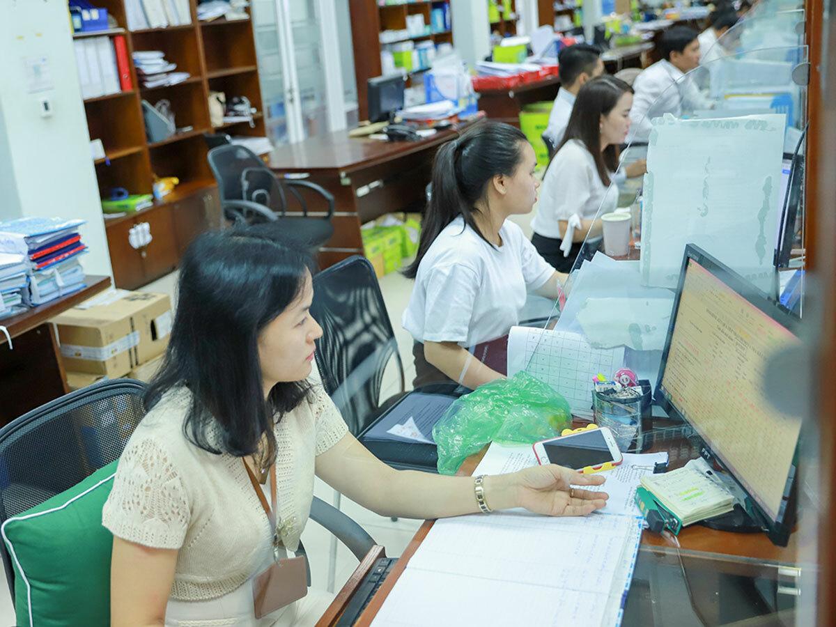 Công chức Đà Nẵng làm việc tại khu vực một cửa trong Trung tâm hành chính thành phố. Ảnh: Nguyễn Đông.
