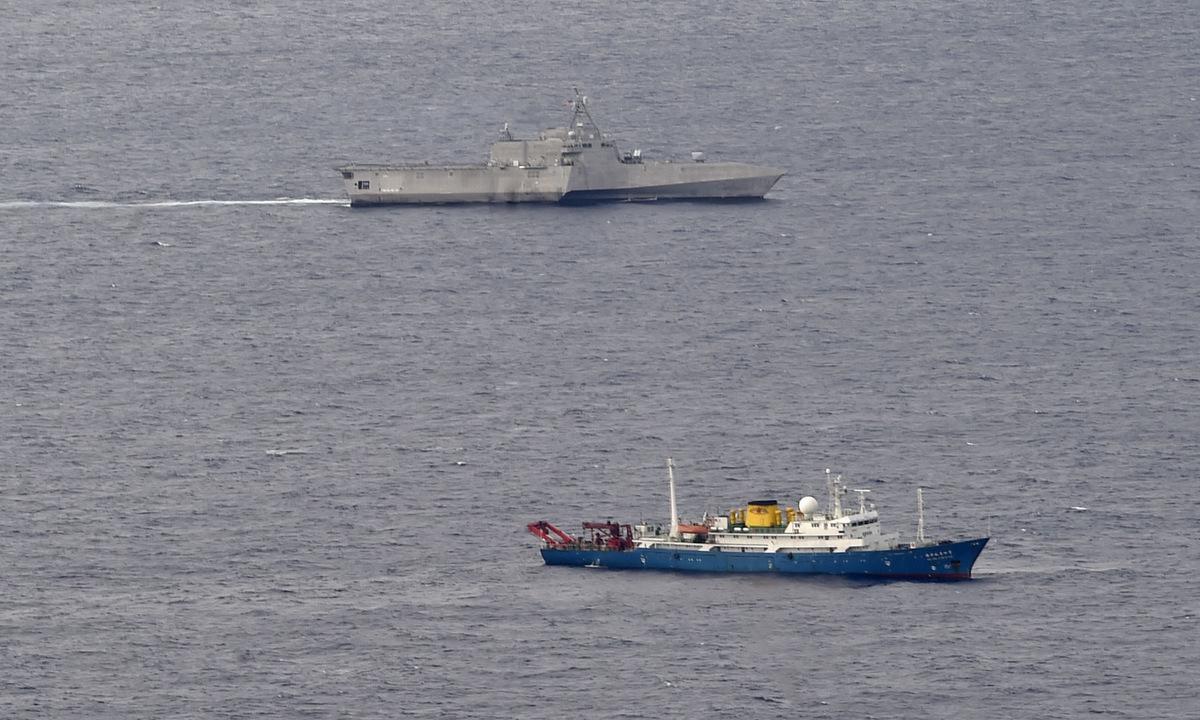 Tàu chiến Mỹ (trên) bám sát tàu thăm dò Trung Quốc trên Biển Đông hôm 1/7. Ảnh: US Navy.
