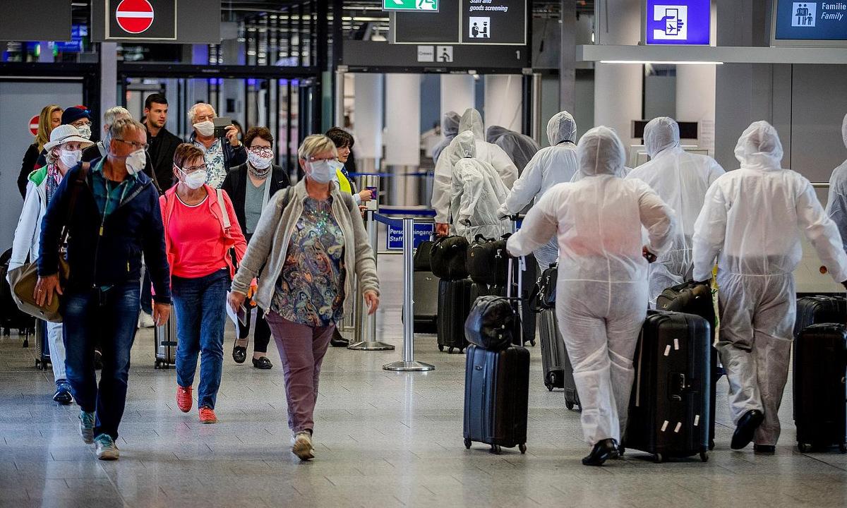 Chốt kiểm soát an ninh tại sân bay Frankfurt, Đức, hồi tháng 4. Ảnh: AP.