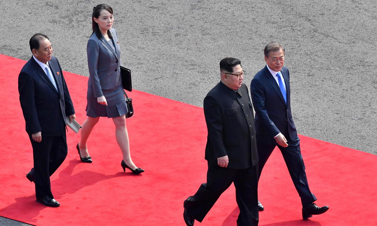 Kim Yo-jong (thứ 2 từ bên trái) trong chuyến thăm khu phi quân sự Panmunjom, năm 2018. Ảnh: NYTimes.