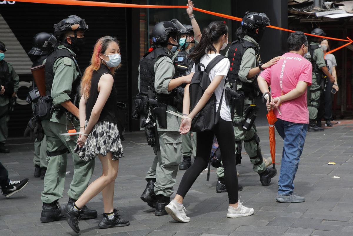 Những người bị bắt trong cuộc biểu tình tại Hong Kong hôm 1/7. Ảnh: AP.