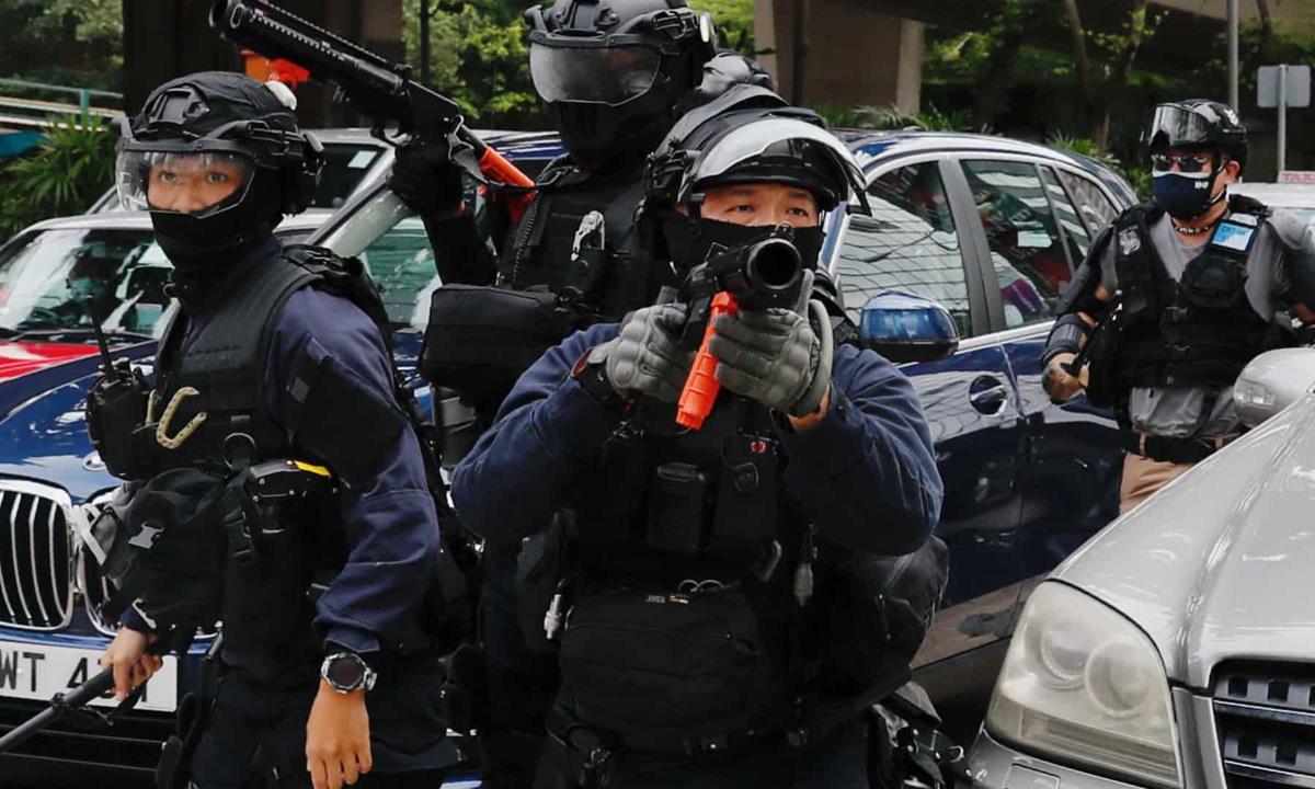 Cảnh sát chống bạo động làm nhiệm vụ giải tán người biểu tình tại Hong Kong hôm 1/7. Ảnh: Reuters.
