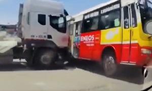 Ôtô đầu kéo vượt đèn đỏ tông xe buýt