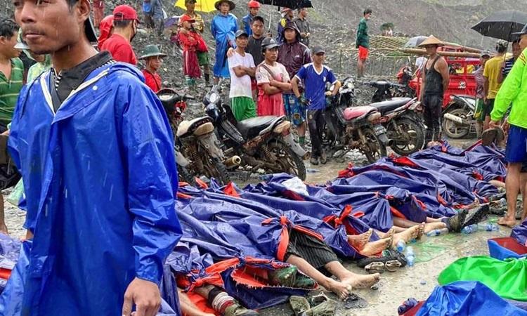 Thi thể các thợ mỏ được xếp thành hàng dài dưới những tấm bạt sau vụ sạt lở ở mỏ khai thác ngọc bích bang Kachin, Myanmar hôm nay. Ảnh: AP.