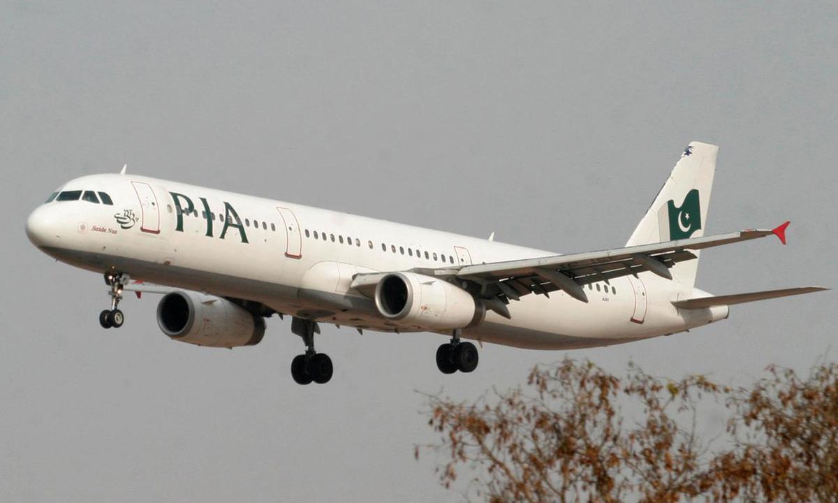 Một máy bay của PIA chuẩn bị hạ cánh xuống sân bay Islamabad, Pakistan, hồi tháng 2/2007. Ảnh: Reuters.