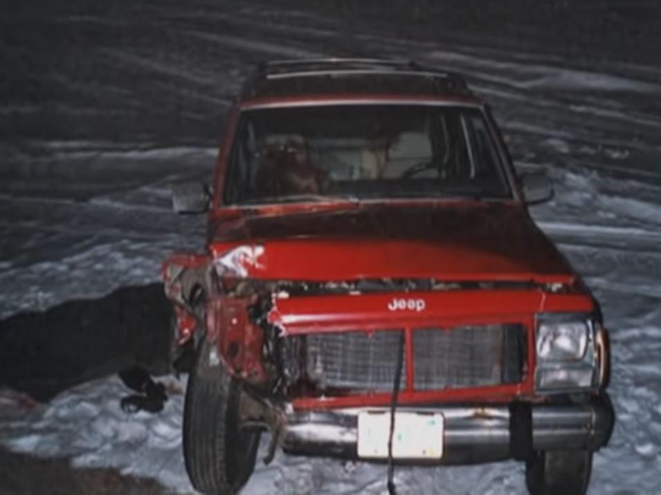 Chiếc xe Jeep màu đỏ của vợ chồng Steve. Ảnh: Filmrise.
