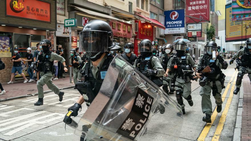 Cảnh sát Hong Kong đối phó người biểu tình hôm 1/7. Ảnh: CNN.