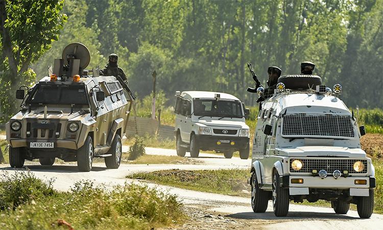 Nhân viên an ninh Ấn Độ tuần tra gần thành phố Srinagar, Kashmir sau vụ đấu súng giữa lực lượng chính phủ và phiến quân, ngày 18/6. Ảnh: AFP.