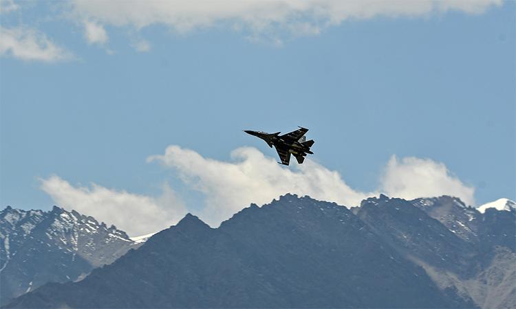 Tiêm kích Su-30MKI quần thảo quanh thị trấn Leh, thuộc vùng Ladakh do Ấn Độ kiểm soát, ngày 27/6. Ảnh: AFP.