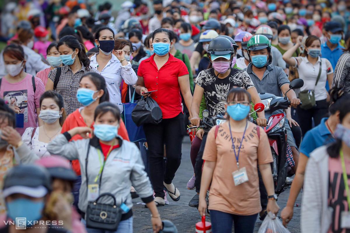 Công nhân công ty PouYuen (quận Bình Tân) lúc tan ca. Ảnh: Hữu Khoa.